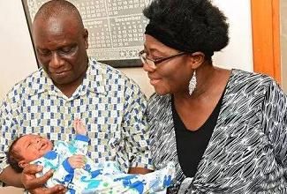 年近花甲才借助试管婴儿技术圆了梦,夫妻究竟多大?