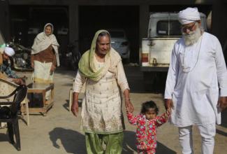 """""""恶棍医生""""运用试管婴儿技术,让无数印度妇女生下小孩"""